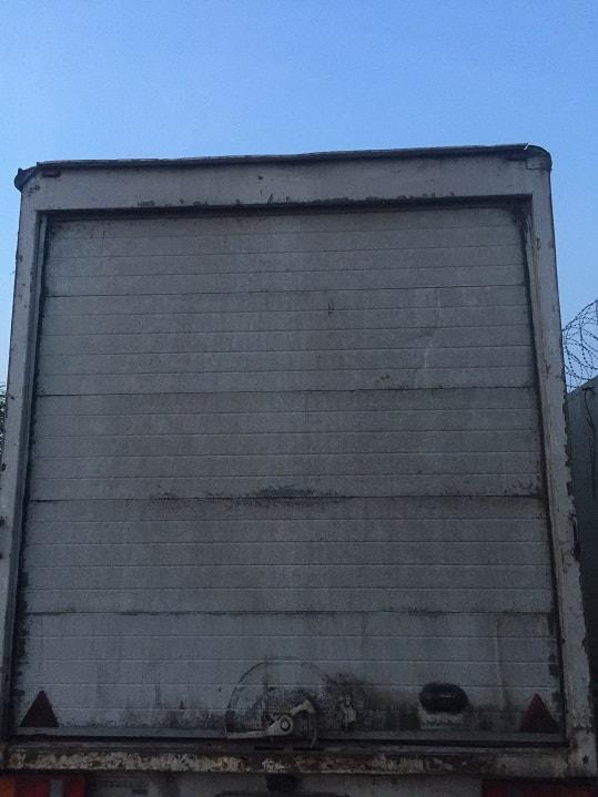 Ремонт секционных ворот, установленных на фургон грузового автомобиля.